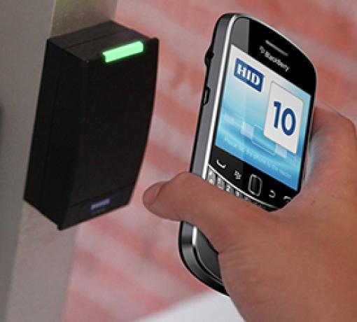 Imagem ilustrativa de celular e de controle de acesso de sistema eficaz para controlar o fluxo de pessoas e veículos